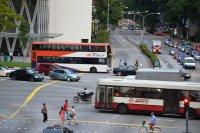 skrzyżowanie, pojazdy i ludzie
