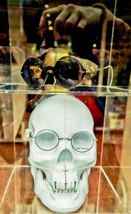 okulary w gablocie