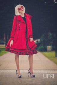 kobieta w czerwonym płaszczu