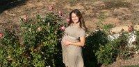 kobieta w ciąży na łonie natury